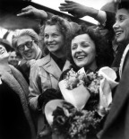 Edith Piaf at Orly airport coming back from USA on March 17, 1948 Rue des ArchivesAGIP